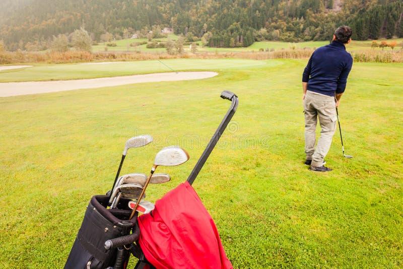 Φορέας γκολφ στη σειρά μαθημάτων στοκ εικόνα με δικαίωμα ελεύθερης χρήσης