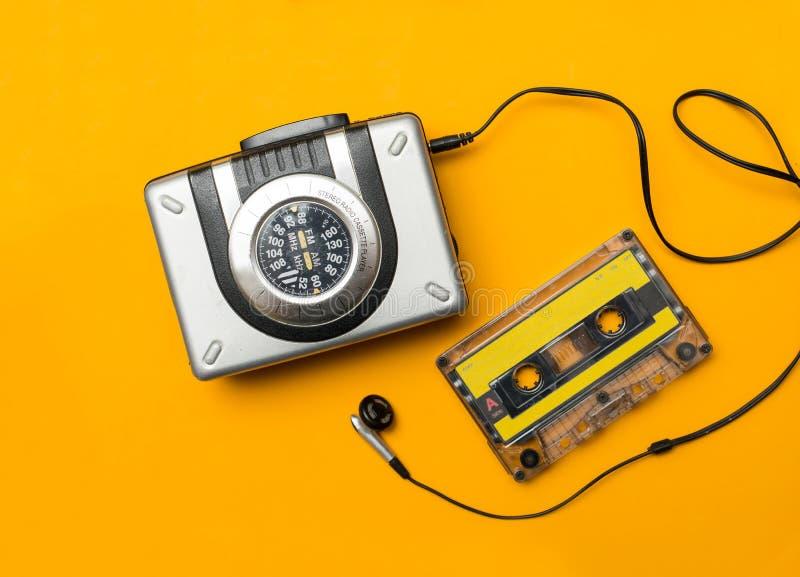 Φορέας και ακουστικό cassete σε κίτρινο στοκ εικόνα με δικαίωμα ελεύθερης χρήσης