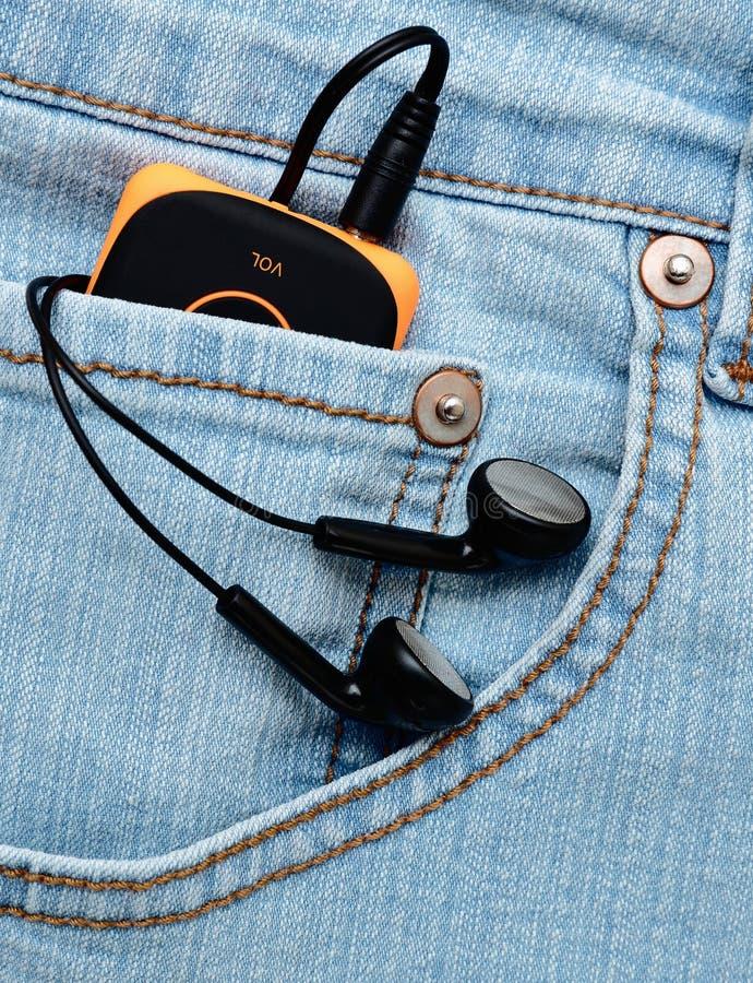 Φορέας με τα ακουστικά στην τσέπη στοκ φωτογραφία με δικαίωμα ελεύθερης χρήσης