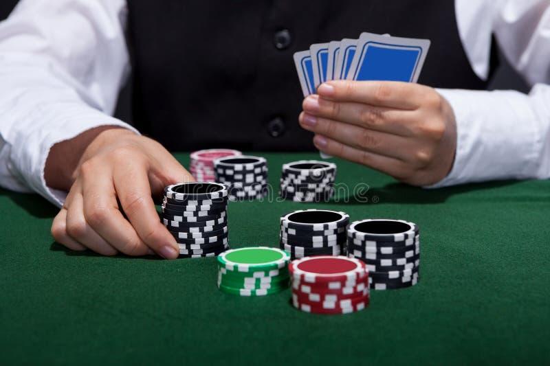 Φορέας πόκερ για να τοποθετήσει περίπου ένα στοίχημα στοκ φωτογραφίες