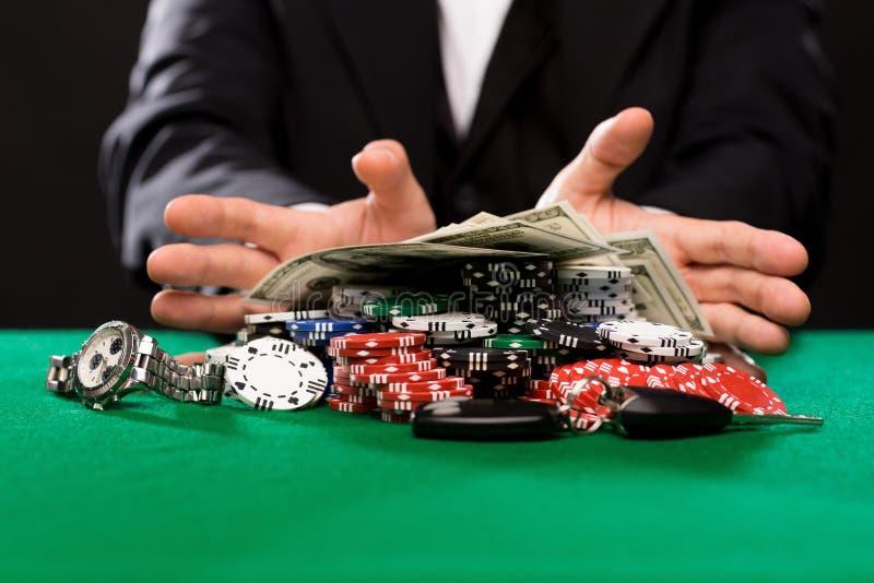 Φορέας πόκερ με τα τσιπ και χρήματα στον πίνακα χαρτοπαικτικών λεσχών στοκ φωτογραφίες με δικαίωμα ελεύθερης χρήσης
