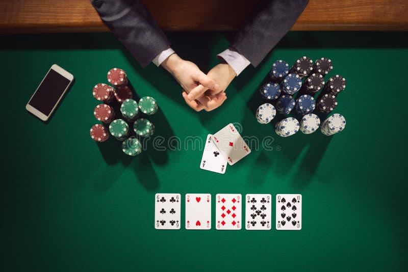 Φορέας πόκερ με το smartphone στοκ εικόνες με δικαίωμα ελεύθερης χρήσης