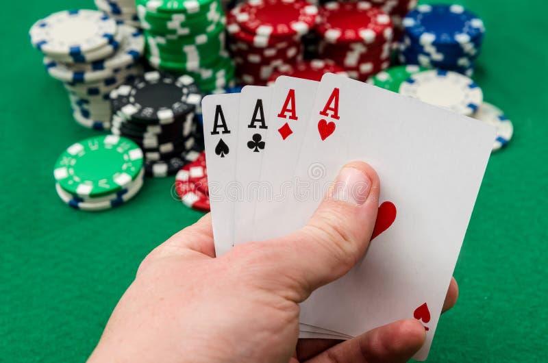 Φορέας πόκερ που κρατά τις κάρτες παιχνιδιού στοκ εικόνες