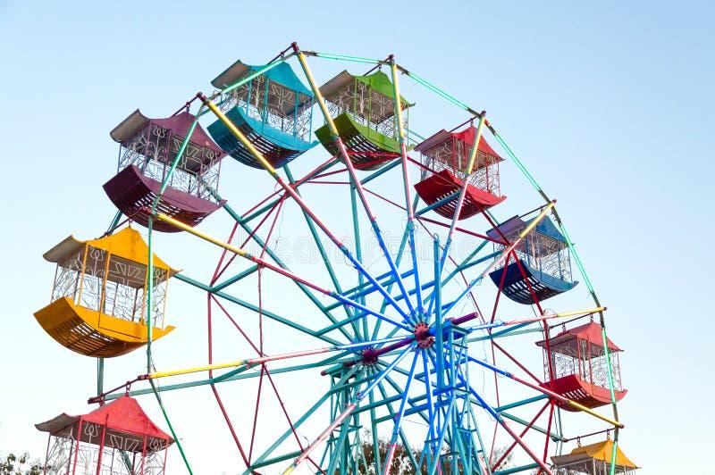 Φορέας ροδών Ferris των παιδιών διασκέδασης με το μπλε ουρανό στοκ εικόνες