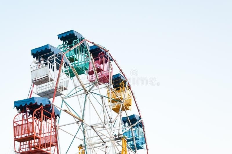 Φορέας ροδών Ferris των παιδιών διασκέδασης με το μπλε ουρανό στοκ φωτογραφία με δικαίωμα ελεύθερης χρήσης