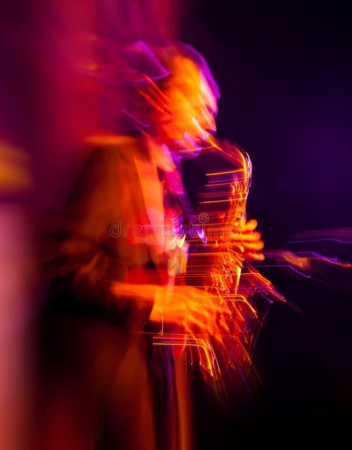 Φορέας Saxophone που αποδίδει στη σκηνή στοκ εικόνες