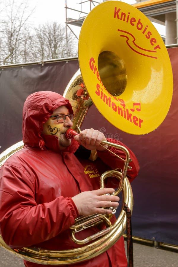 Φορέας Tuba που βαδίζει κάτω από τη βροχή στην παρέλαση καρναβαλιού, Στουτγάρδη στοκ φωτογραφίες