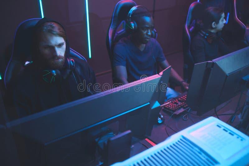 Φορείς Cybersport μπροστά από τους υπολογιστές στοκ εικόνες με δικαίωμα ελεύθερης χρήσης