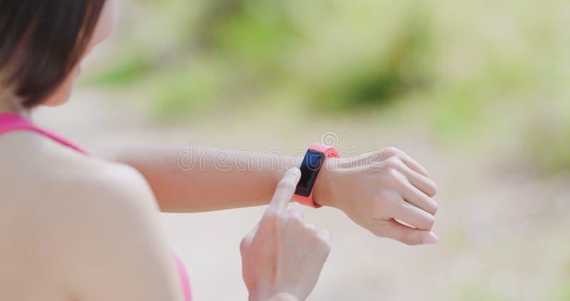 Φορετό έξυπνο ρολόι χρήσης γυναικών στοκ φωτογραφία με δικαίωμα ελεύθερης χρήσης