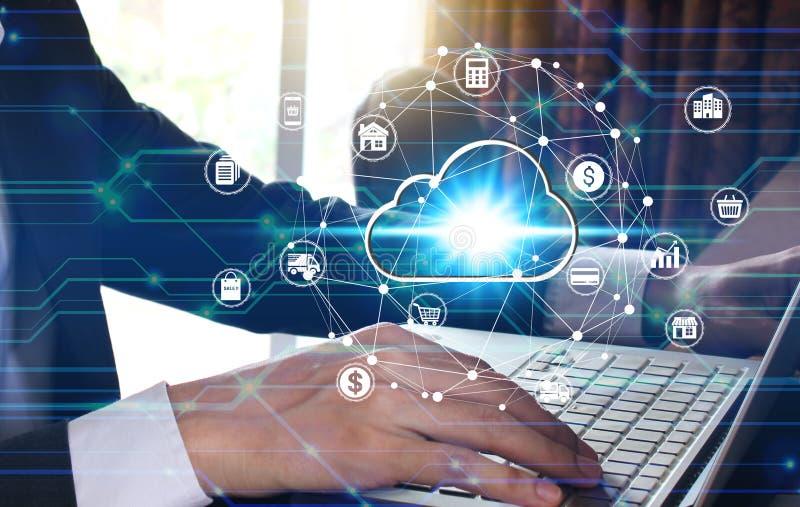 Φορητός προσωπικός υπολογιστής χρήσης χεριών επιχειρηματιών με το εικονικό εικονίδιο υπολογισμού σύννεφων πέρα από τη σύνδεση δικ στοκ εικόνα με δικαίωμα ελεύθερης χρήσης