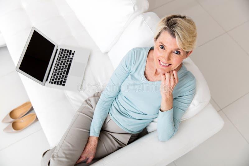 Φορητός προσωπικός υπολογιστής γυναικών στοκ εικόνα με δικαίωμα ελεύθερης χρήσης