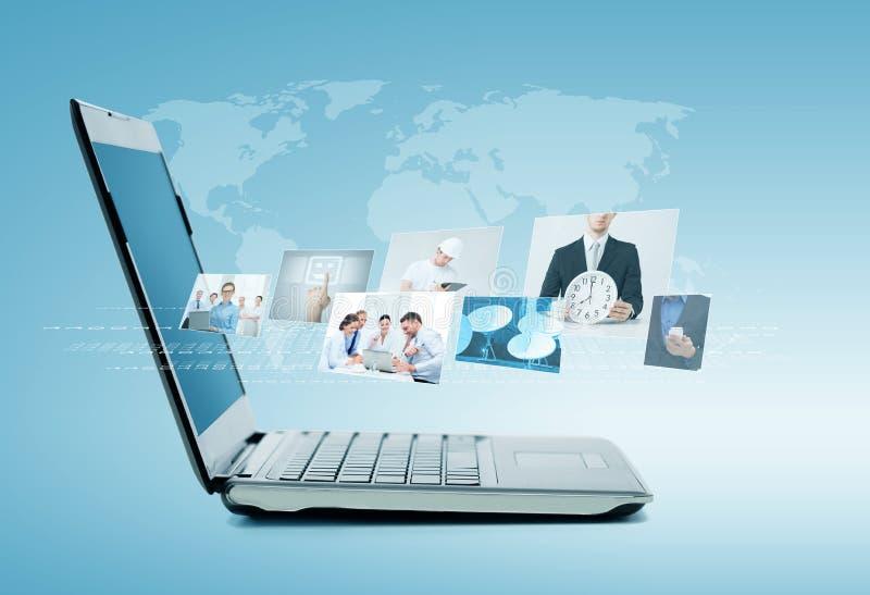 Φορητός προσωπικός υπολογιστής με τις ειδήσεις στην οθόνη διανυσματική απεικόνιση