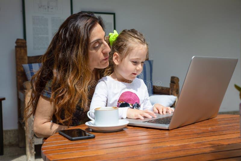 Φορητός υπολογιστής προσοχής κοριτσιών και μητέρων στοκ φωτογραφία με δικαίωμα ελεύθερης χρήσης