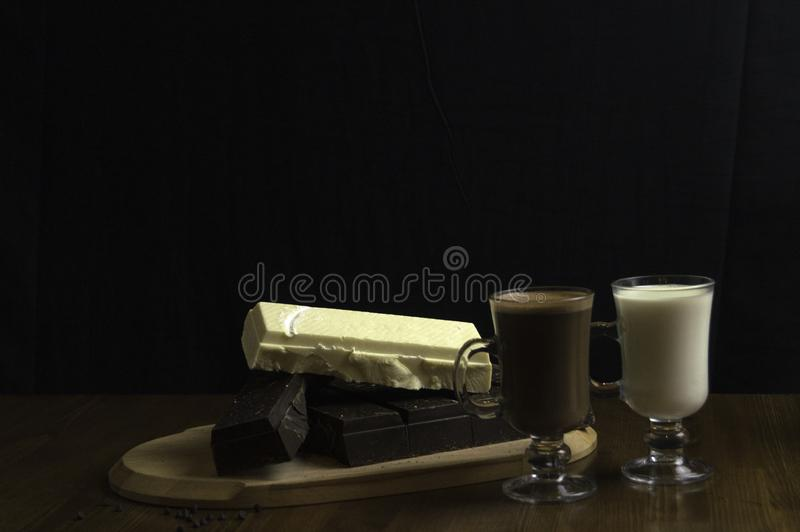 φορμαρισμένες σοκολάτες που προετοιμάζονται στα ποτά πινάκων και γάλ στοκ εικόνα