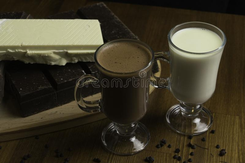 φορμαρισμένες σοκολάτες που προετοιμάζονται στα ποτά πινάκων και γάλ στοκ φωτογραφία με δικαίωμα ελεύθερης χρήσης