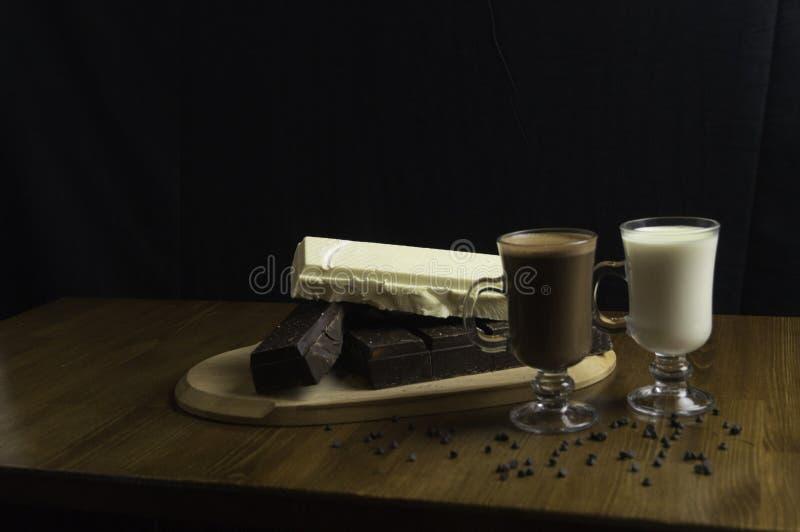 φορμαρισμένες σοκολάτες που προετοιμάζονται στα ποτά πινάκων και γάλ στοκ φωτογραφίες με δικαίωμα ελεύθερης χρήσης