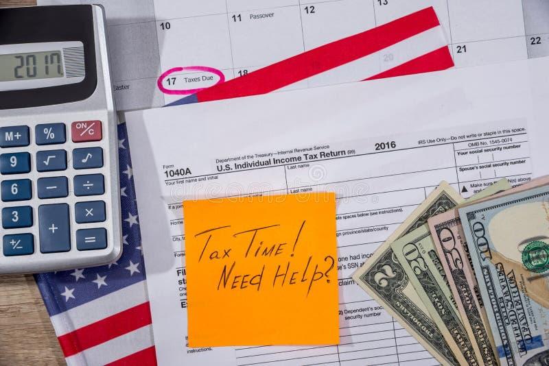 φορολογικός χρόνος στη φορολογική μορφή με flan, τα χρήματα και τον υπολογιστή στοκ εικόνες