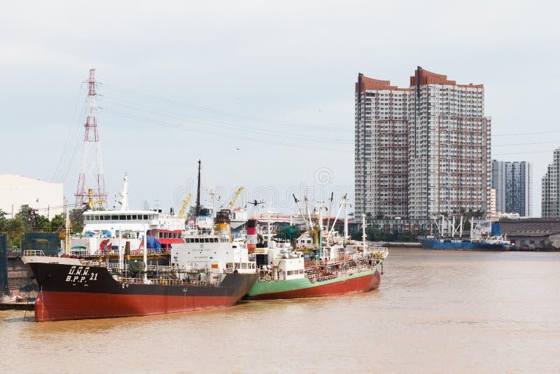 Φορτίου βάρκες που ελλιμενίζονται θαλάσσιες στο λιμένα στοκ φωτογραφία με δικαίωμα ελεύθερης χρήσης