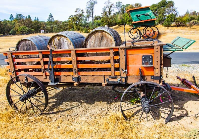Φορτίο των παλαιών ξύλινων βαρελιών κρασιού στο εκλεκτής ποιότητας βαγόνι εμπορευμάτων στοκ εικόνα