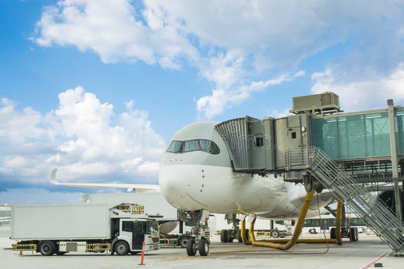 Φορτίο φόρτωσης στο αεροπλάνο στον αερολιμένα φόρτωση αεροπλάνων μεταφοράς εμπορευμάτων για τα logis στοκ φωτογραφία με δικαίωμα ελεύθερης χρήσης