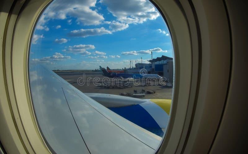 Φορτίο φόρτωσης στο αεροπλάνο στον αερολιμένα φόρτωση αεροπλάνων μεταφοράς εμπορευμάτων για λογιστικό και μεταφορά Άποψη μέσω του στοκ φωτογραφίες με δικαίωμα ελεύθερης χρήσης
