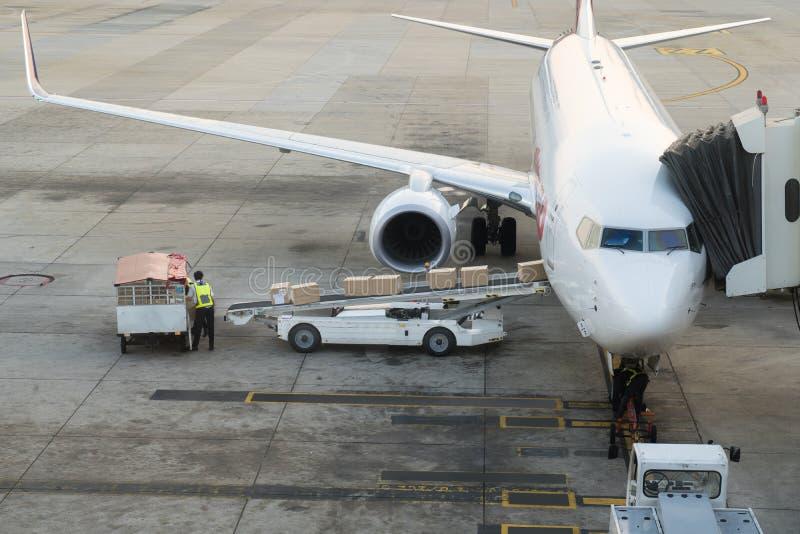 Φορτίο φόρτωσης στο αεροπλάνο στον αερολιμένα Φόρτωση αεροπλάνων φορτίου ή στοκ εικόνες