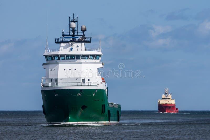 Φορτηγά πλοία που εισάγουν το λιμάνι στοκ εικόνες με δικαίωμα ελεύθερης χρήσης