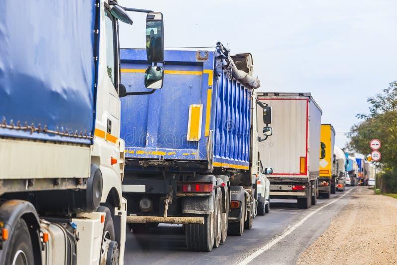 φορτηγά στην κυκλοφοριακή συμφόρηση στο δρόμο στοκ φωτογραφία