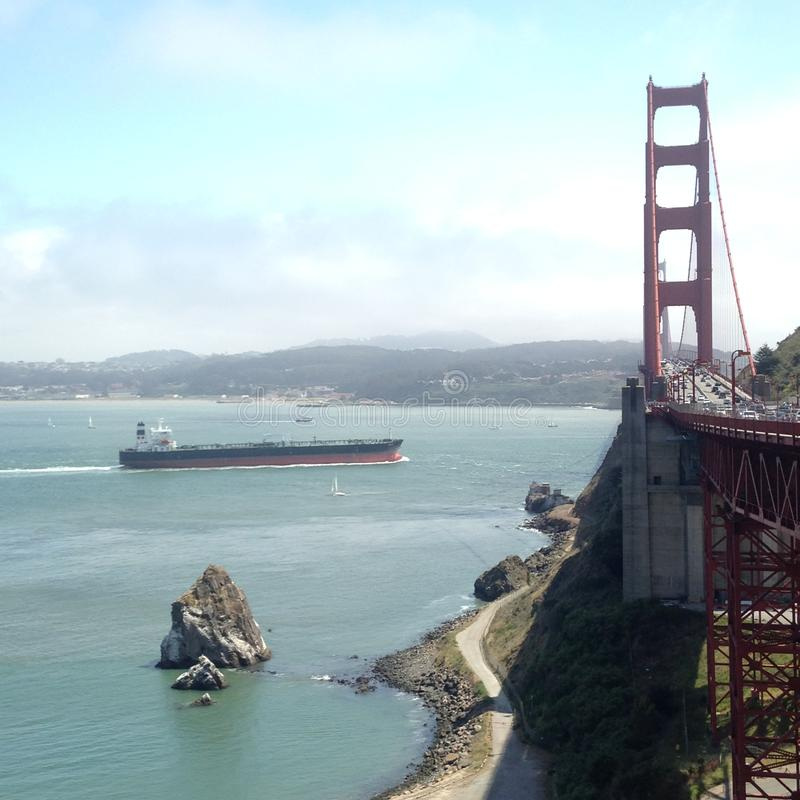 Φορτηγίδα που πλησιάζει τη χρυσή γέφυρα πυλών του Σαν Φρανσίσκο ` s στοκ εικόνες με δικαίωμα ελεύθερης χρήσης
