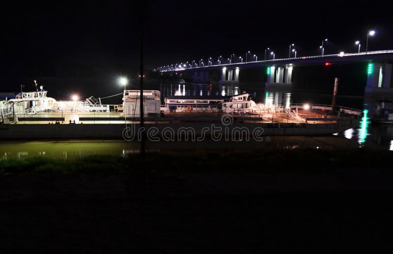 Φορτηγίδα δίπλα στη γέφυρα τη νύχτα στοκ εικόνα με δικαίωμα ελεύθερης χρήσης