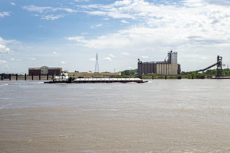Φορτηγίδα ποτάμι Μισισιπή, βάρκα ρυμουλκών, σιταποθήκη στοκ εικόνες