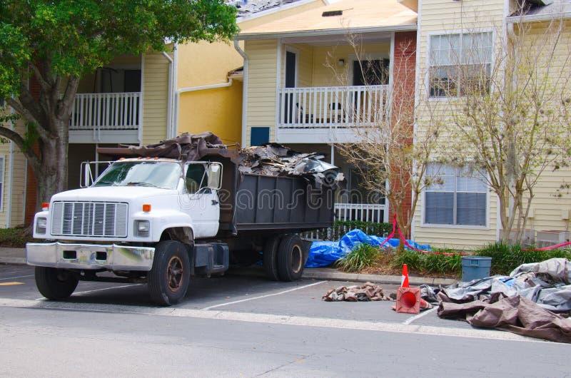 Φορτηγό απορρίψεων εργασίας σε ένα εργοτάξιο οικοδομής στοκ φωτογραφίες με δικαίωμα ελεύθερης χρήσης