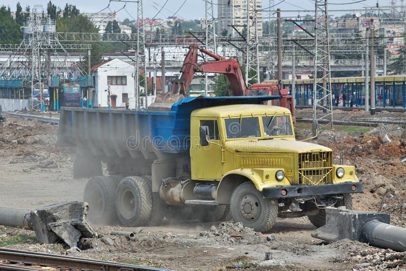 Φορτηγό απορρίψεων στο εργοτάξιο οικοδομής στοκ εικόνες