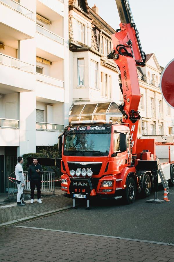 Φορτηγό βραχιόνων που λειτουργεί κοντά στην οικοδόμηση στοκ εικόνες