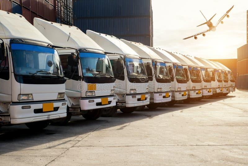 Φορτηγό εμπορευματοκιβωτίων και αεροπλάνο φορτίου στην αποθήκη στο porrt Διοικητικές μέριμνες στοκ φωτογραφίες με δικαίωμα ελεύθερης χρήσης