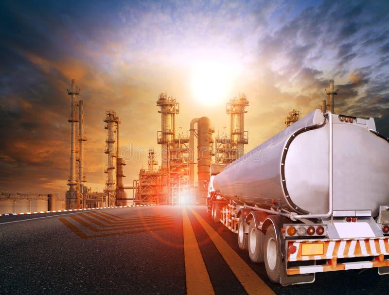 Φορτηγό εμπορευματοκιβωτίων πετρελαίου και βαριές πετροχημικές εγκαταστάσεις βιομηχανιών για στοκ φωτογραφία με δικαίωμα ελεύθερης χρήσης