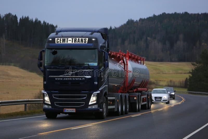 Φορτηγό δεξαμενών της VOLVO FH αργά - μεταφορά με φορτηγό νύχτας στοκ φωτογραφίες