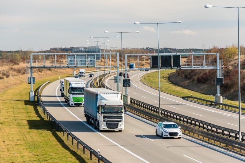 Φορτηγό και αυτοκίνητο που περνούν την πύλη φόρου στο κύκλωμα της Πράγας, Πράγα, Τσεχία στοκ φωτογραφία