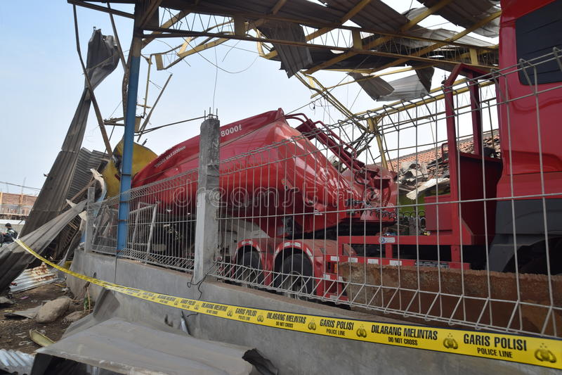 Φορτηγό καυσίμων που εκρήγνυται στοκ εικόνες