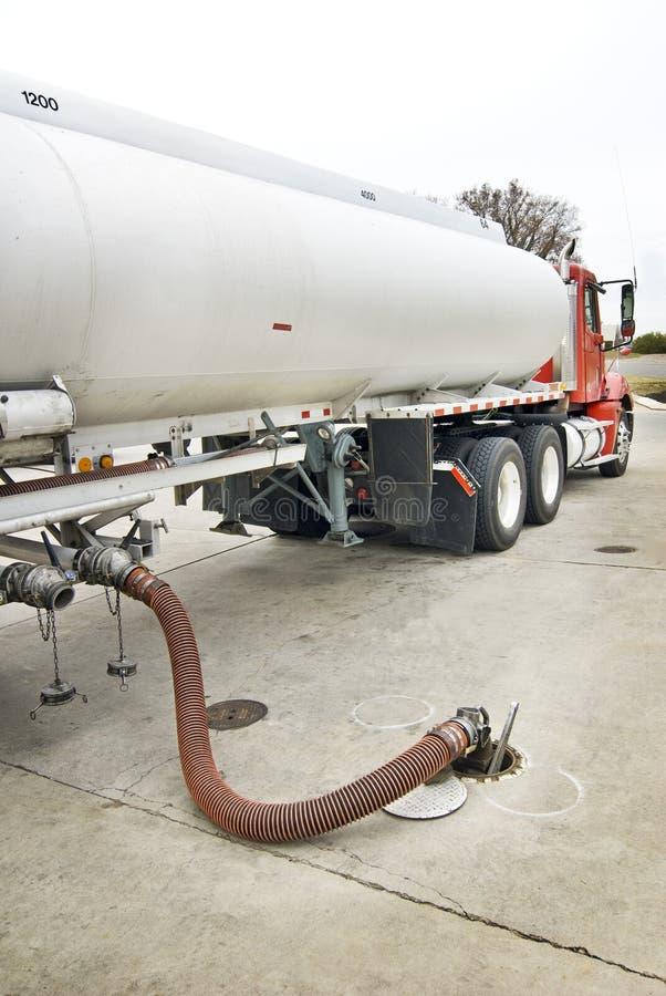 Φορτηγό καυσίμων που παραδίδει τη βενζίνη αναθεωρημένη στοκ φωτογραφία