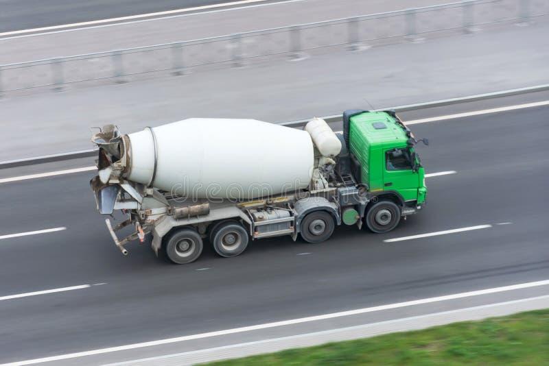 Φορτηγό με την οδήγηση φορτηγών συγκεκριμένων αναμικτών στην εθνική οδό στοκ φωτογραφίες