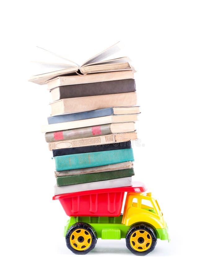 Φορτηγό παιχνιδιών με έναν σωρό των βιβλίων στοκ φωτογραφίες με δικαίωμα ελεύθερης χρήσης