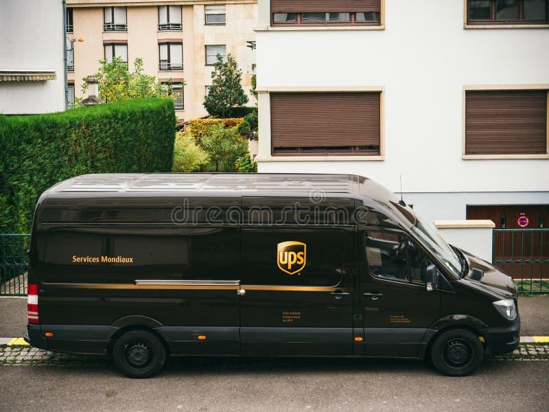 Φορτηγό παράδοσης UPS που σταθμεύουν επάνω στοκ φωτογραφίες με δικαίωμα ελεύθερης χρήσης