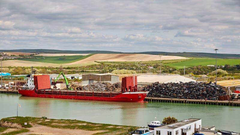 Φορτηγό πλοίο φόρτωσης γερανών με την ανακύκλωση του χάλυβα στοκ εικόνες