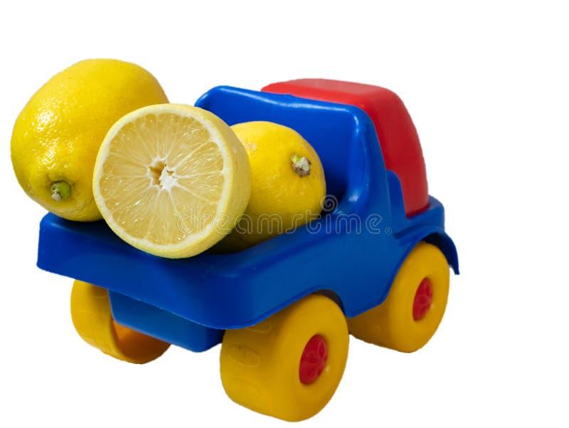 Φορτηγό που γεμίζουν με τα κίτρινα λεμόνια για την παράδοση στοκ εικόνες
