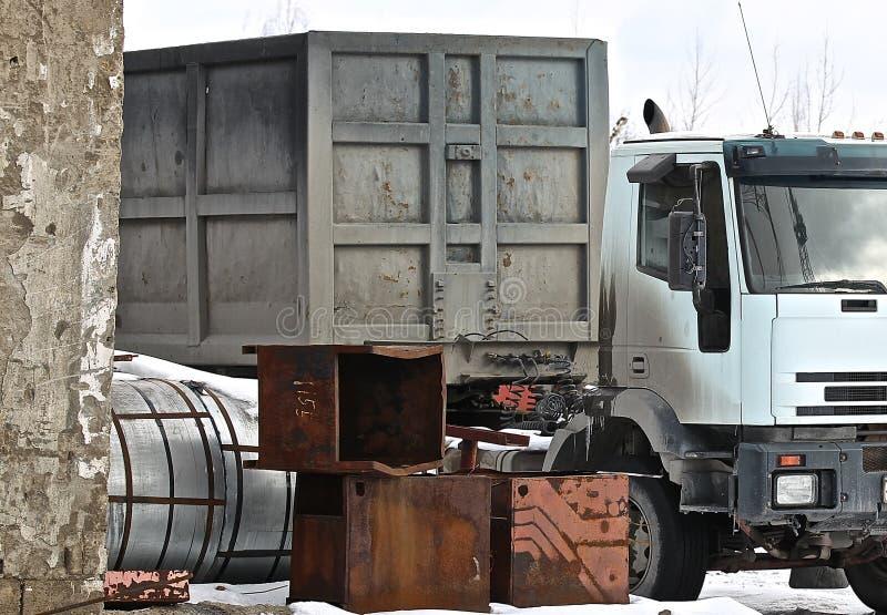 Φορτηγό που φορτώνεται με τις δομές μετάλλων στοκ φωτογραφία