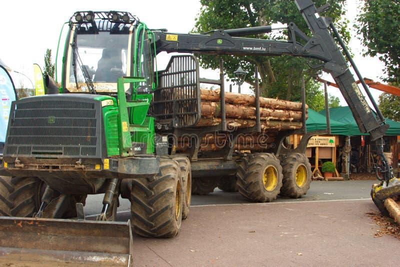 Φορτηγό που χρησιμοποιείται για τη μεταφορά της ξυλείας στο εργοστάσιο στοκ φωτογραφίες με δικαίωμα ελεύθερης χρήσης