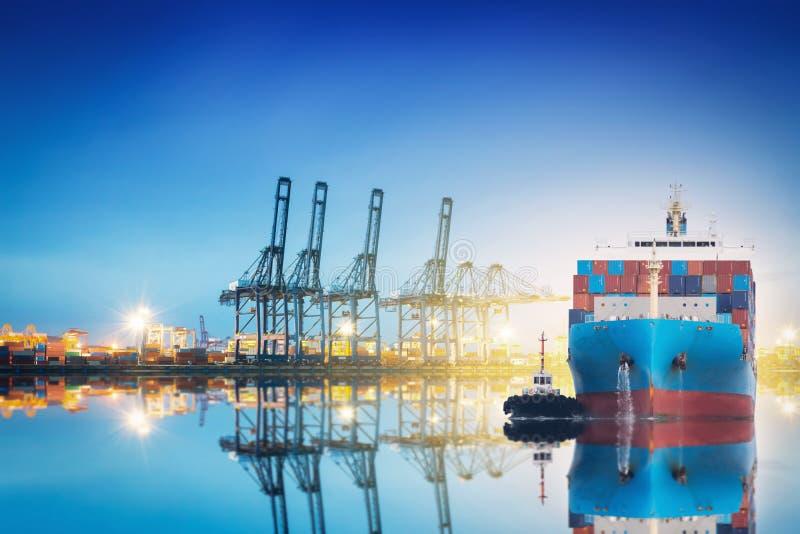 Φορτηγό πλοίο εμπορευματοκιβωτίων με την εργασία στοκ εικόνες με δικαίωμα ελεύθερης χρήσης