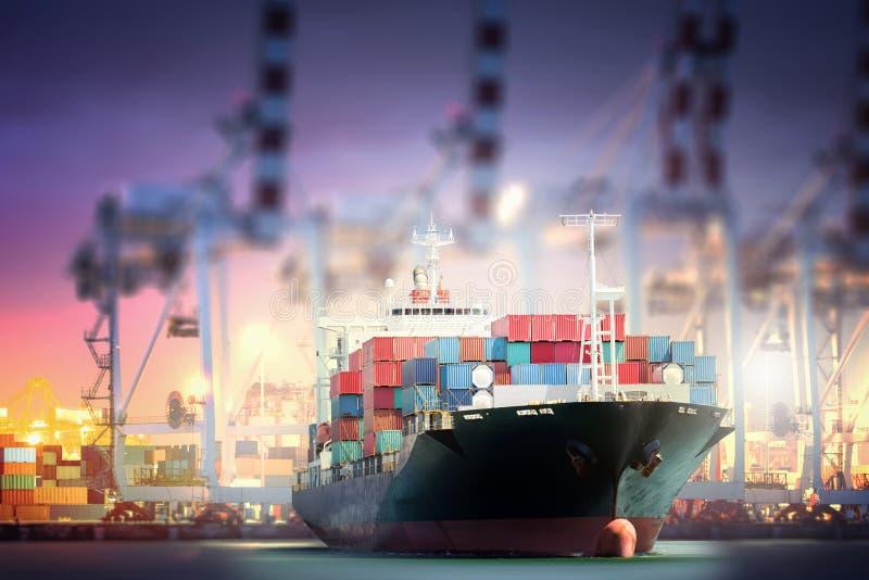 Φορτηγό πλοίο εμπορευματοκιβωτίων με τη γέφυρα γερανών λιμένων στο λιμάνι για το λογιστικό υπόβαθρο εισαγωγής-εξαγωγής στοκ εικόνα
