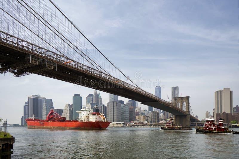 Φορτηγό πλοίο κάτω από τη γέφυρα του Μπρούκλιν, πόλη της Νέας Υόρκης στοκ φωτογραφία με δικαίωμα ελεύθερης χρήσης